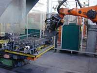 Montageroboter montiert Rollplattform MR1208